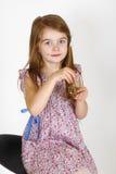 Ung flicka på stolen Arkivbild