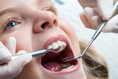Ung flicka på tandläkaren Arkivbild
