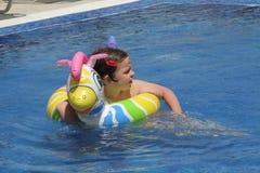 Ung flicka på simbassängen Royaltyfri Fotografi