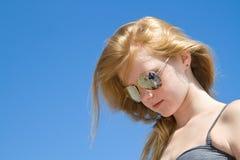 Ung flicka på stranden Arkivfoto