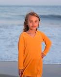Ung flicka på stranden Royaltyfria Bilder