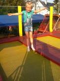 Ung flicka på trampolinen Royaltyfri Foto