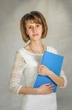 Ung flicka revisorn på arbete Arkivfoton