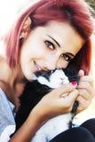 Ung flicka som älskar hennes kanin Krama och kyssa Arkivfoton
