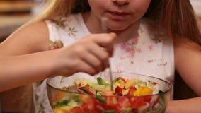 Ung flicka som äter blandad grönsaksallad - tycka om varje tugga stock video