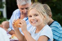 Ung flicka som äter bröd arkivbild