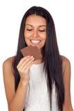 Ung flicka som äter choklad Arkivbild