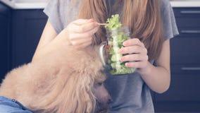 Ung flicka som äter salade stock video
