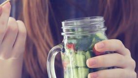 Ung flicka som äter salade arkivfilmer