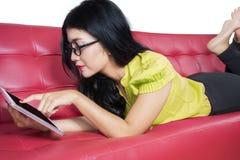 Ung flicka som använder den digitala minnestavlan Royaltyfri Bild