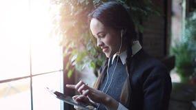 Ung flicka som använder tableten arkivfilmer