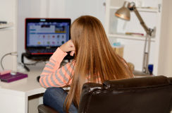 Ung flicka som använder hennes dator Arkivfoto