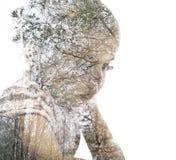 Ung flicka som appliceras med skogsmarkbakgrund royaltyfria foton