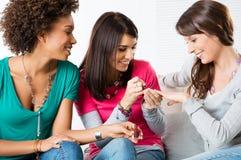 Ung flicka som att applicera spikar, målar Arkivbilder