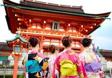 Ung flicka som bär den japanska kimonot som framme står av japan Arkivbilder