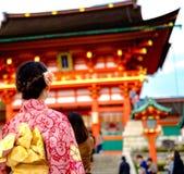 Ung flicka som bär den japanska kimonot som framme står av japan Fotografering för Bildbyråer