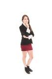 Ung flicka som bär den röda kjolen och det svarta omslaget Arkivbilder