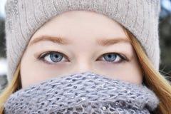 Ung flicka som bär en halsduk Arkivbilder