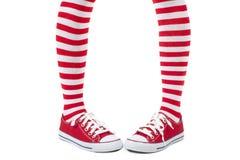 Ung flicka som bär randiga röda sockor Royaltyfri Bild