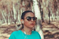 Ung flicka som bär trendig solglasögon royaltyfri foto