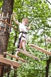 Ung flicka som balanserar på rep Fotografering för Bildbyråer