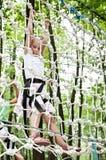 Ung flicka som balanserar på rep Arkivfoton
