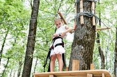 Ung flicka som balanserar på rep Royaltyfria Bilder