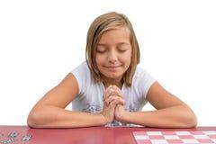 Ung flicka som ber i skola Arkivfoto
