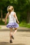 Ung flicka som bort hoppar over Royaltyfri Foto