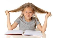 Ung flicka som drar hennes hår i spänning och över arbetat utbildningsbegrepp arkivbild