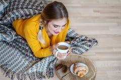Ung flicka som dricker latte och att vila Begreppet av livsstilen, Royaltyfri Bild
