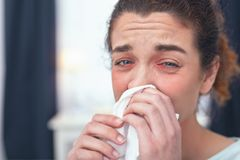 Ung flicka som erfar ett fall av influensa arkivbild