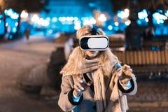 Ung flicka som får hörlurar med mikrofon för erfarenhet VR Royaltyfri Foto