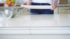 Ung flicka som förbereder apparater på köket i 4K stock video