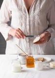 Ung flicka som förbereder den sunda frukosten Royaltyfria Bilder