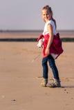Ung flicka som fotvandrar på stranden Royaltyfri Fotografi