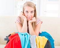 Ung flicka som förbereder hennes bagage Arkivfoto