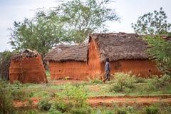 Ung flicka som går i den traditionella afrikanska byn, Kenya Royaltyfri Foto