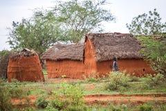 Ung flicka som går i den traditionella afrikanska byn, Kenya Arkivfoto