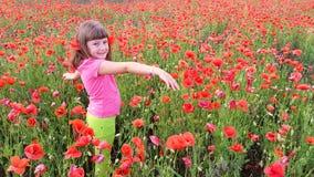 Ung flicka som går in i fält av vallmo Royaltyfri Bild