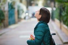 Ung flicka som går i Paris Royaltyfri Fotografi