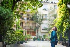 Ung flicka som går i Paris Royaltyfria Bilder