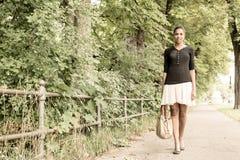 Ung flicka som går i parkera Royaltyfri Bild