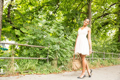 Ung flicka som går i parkera Arkivfoto