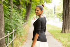 Ung flicka som går i parkera Fotografering för Bildbyråer