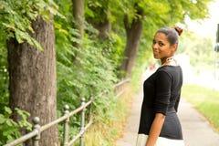 Ung flicka som går i parkera Royaltyfria Foton