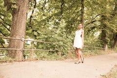 Ung flicka som går i parkera Arkivfoton