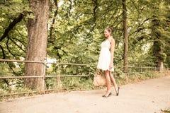 Ung flicka som går i parkera Arkivbild