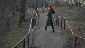 Ung flicka som går vid den gamla trappan på autummgatan arkivfilmer