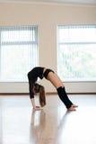 Ung flicka som gör övningar i dansgrupp Royaltyfri Bild